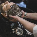 arriba-barbero-lavando-cabello-cliente_23-2147778781