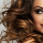 bella-mujer-rizos-maquillaje_144627-3577