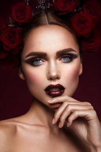belleza-modelo-moda-chica-maquillaje-oscuro-rosas-pelo_162568-96