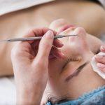 chica-recibiendo-tratamiento-facial-salon-belleza_23-2148194228