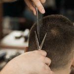 cortar-pelo-barberia-closeup-foto-recortada-hombre-cortarse-pelo-barberia_54255-32