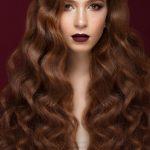 hermosa-chica-morena-cabello-perfectamente-rizado-maquillaje-clasico-cara-belleza_151428-204