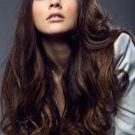 retrato-mujer-bastante-joven-que-presenta-foto-estudio_1301-7046