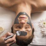 vista-angulo-alto-mujer-que-recibe-mascara-facial-salon-belleza_23-2147939942